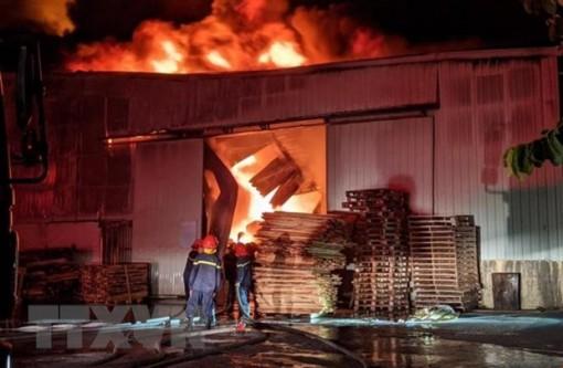 Cháy hàng nghìn m2 nhà xưởng của công ty nội thất ở Hải Phòng