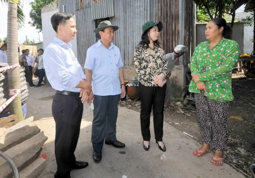 Bí thư Tỉnh ủy An Giang thăm và trao quà hỗ trợ 54 hộ dân bị ảnh hưởng bởi sạt lở xã Bình Mỹ và Vĩnh Thạnh Trung