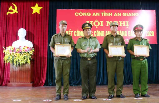 Khen thưởng 3 công an xã dũng cảm cứu người trong vụ cháy ở huyện Châu Phú