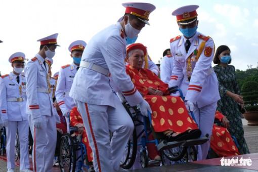 Xúc động mẹ Việt Nam anh hùng ra thăm lăng Bác, đọc lại bài thơ động viên con ra trận
