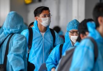Đoàn Văn Hậu đeo kính như... Ronaldo trong ngày trở về Việt Nam
