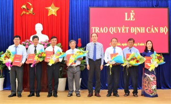 Thành ủy Châu Đốc trao quyết định cán bộ