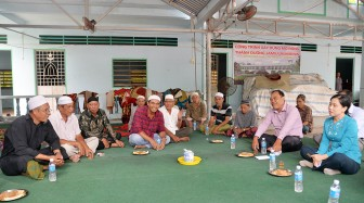 Lãnh đạo huyện Châu Thành thăm Thánh đường Jamiulmukminin