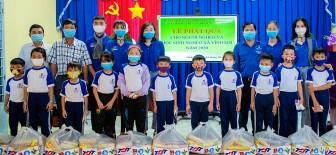 Khai giảng lớp phổ cập bơi và tặng quà cho gia đình chính sách, học sinh nghèo, người nghèo xã Vĩnh Lợi