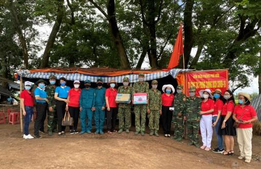Hội nữ Doanh nhân An Giang thăm và tặng quà các lực lượng phòng, chống dịch COVID-19 khu vực biên giới