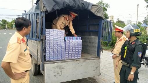 Phòng Cảnh sát Giao thông đường bộ (Công an An Giang) bắt 3 xe ôtô tải vận chuyển thuốc lá lậu