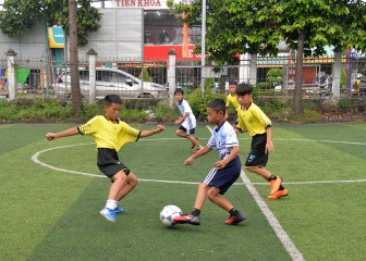 """Thỏa mãn niềm đam mê bóng đá của các """"cầu thủ nhí"""""""