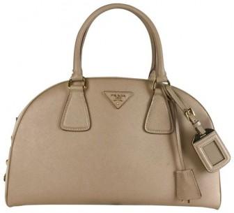 Tại sao túi xách Prada's bowler trở thành biểu tượng của thế giới thời trang hiện đại
