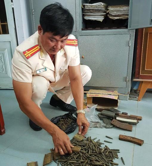 Công an huyện Chợ Mới tuyên truyền, vận động người dân giao nộp vũ khí