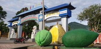 Những mô hình trái cây đặc sản núi Cấm tại cổng chính Khu du lịch núi Cấm