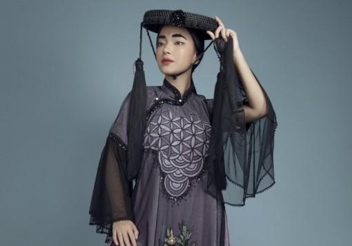 Châu Bùi đẹp ma mị trong áo dài họa tiết tranh cổ