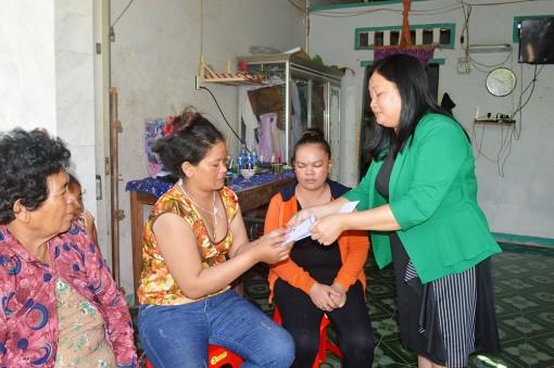 Công ty Cổ phần Môi trường đô thị An Giang trao tiền hỗ trợ gia đình 5 trẻ em bị đuối nước tại xã Văn Giáo