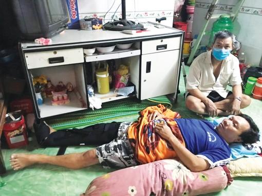 Em trai gãy chân, anh trai bị lao phổi cần được giúp đỡ