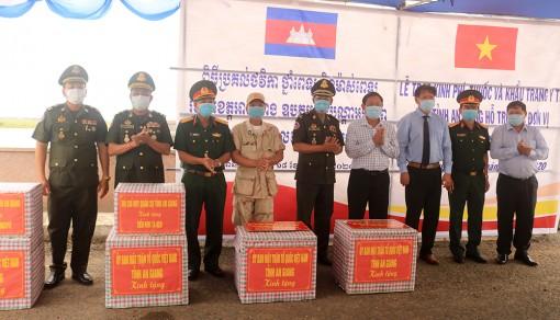Thăm, tặng quà và trao kinh phí hỗ trợ của Chính phủ Việt Nam đối với các đơn vị thuộc Vương quốc Campuchia