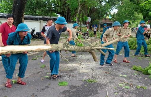 Bộ đội Thừa Thiên - Huế giúp dân khắc phục hậu quả bão số 5