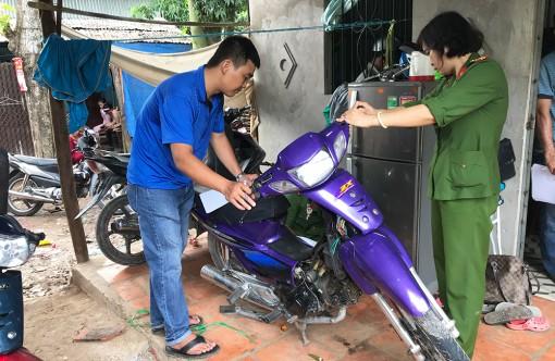 Kiểm tra nhà đối tượng nghi vấn phát hiện nhiều xe môtô không chủ