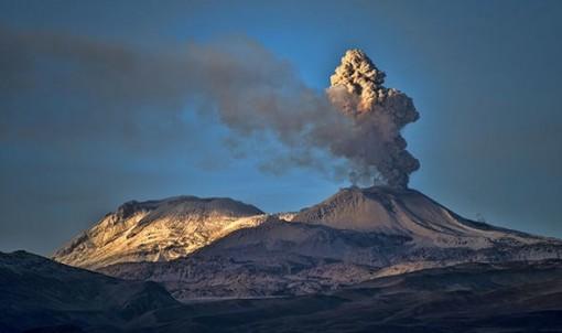 Peru: Núi lửa Sabancaya phun trào, phát tán tro bụi tới bán kính 20km