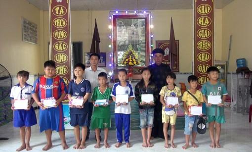 Trao 75 suất quà hỗ trợ học sinh nghèo biên giới