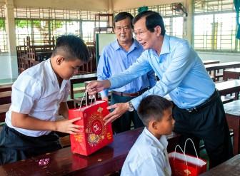 Phó Chủ tịch UBND tỉnh An Giang Lê Văn Phước thăm, tặng quà trung thu người già, trẻ em có hoàn cảnh đặc biệt