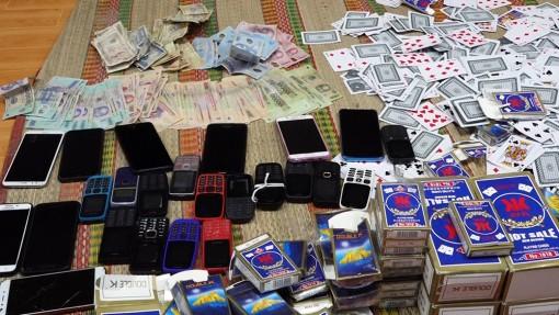 Hàng chục phụ nữ, đàn ông tụ tập đánh bài