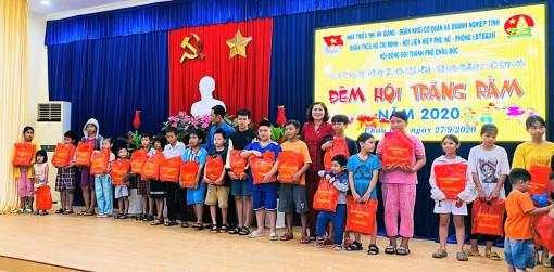 Tặng quà Trung thu cho 371 trẻ em có hoàn cảnh khó khăn ở TP. Châu Đốc