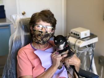 Chú chó không răng trở thành 'bác sĩ tâm lý' tại phòng khám nha khoa