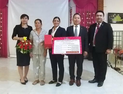 Prudential chi trả bảo hiểm cho khách hàng huyện Tri Tôn 400 triệu đồng tiền mặt