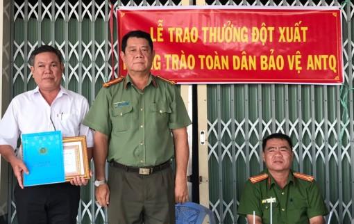 Phú Tân: Khen thưởng cá nhân có thành tích xuất sắc trong đấu tranh phòng, chống tội phạm