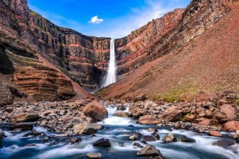Thác nước đổ từ độ cao 128m xuyên qua tầng địa chất sắc vân đỏ rực
