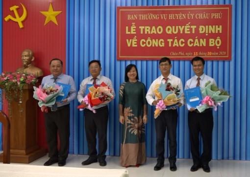 Huyện ủy Châu Phú trao quyết định cán bộ