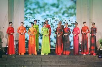 Thiết kế độc đáo bộ sưu tập 'Sắc hoa' gây ấn tượng tại Lễ hội áo dài TP.HCM