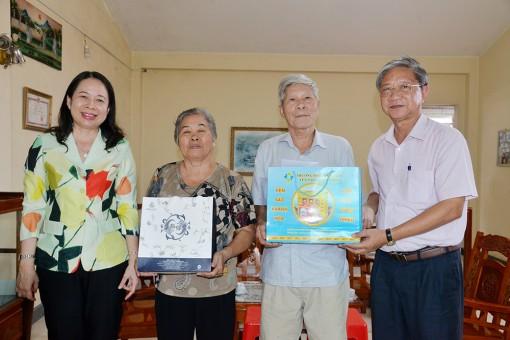 Bí thư Tỉnh ủy thăm cán bộ hưu trí và tặng xe đạp học sinh nghèo huyện Tri Tôn
