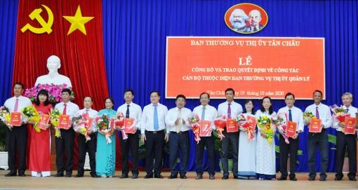TX. Tân Châu trao quyết định điều động, luân chuyển 26 cán bộ thuộc diện Ban Thường vụ Thị ủy quản lý