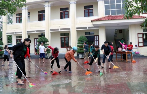 Hà Tĩnh khẩn trương vệ sinh trường lớp sau lũ, đón học sinh trở lại