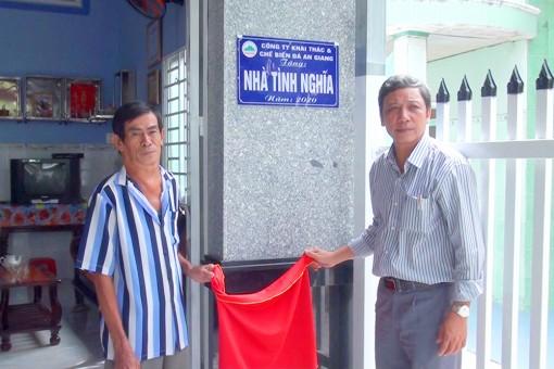 Bàn giao nhà Tình nghĩa cho gia đình chính sách ở xã Nhơn Hưng