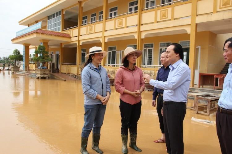 Bộ trưởng GD-ĐT tới thăm thầy trò vùng lũ Quảng Bình, Hà Tĩnh