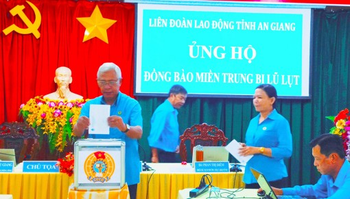 Liên đoàn Lao động tỉnh An Giang ủng hộ đồng bào miền Trung bị lũ lụt