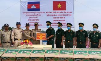 Bộ đội Biên phòng An Giang trao tặng 3.000 thùng mì tôm cho tỉnh Takeo, Kandal bị ảnh hưởng mưa lũ