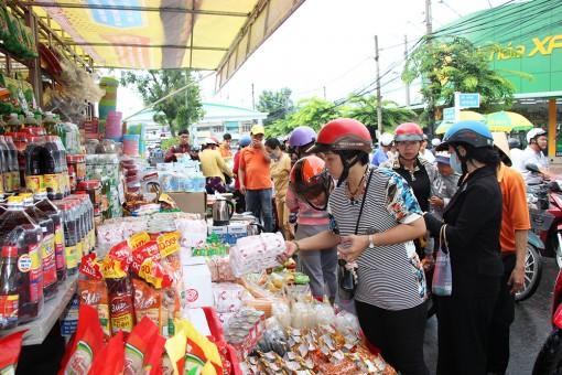 Khởi động chuyến bán hàng Việt lưu động tại chợ An Châu thu hút khách