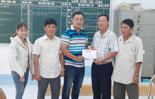 Trao tiền hỗ trợ em Nguyễn Thị Tuyết Nhi