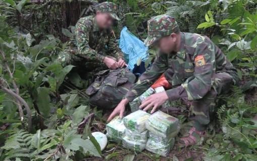 Truy bắt nhóm đối tượng bỏ lại 100 kg nghi ma túy đá