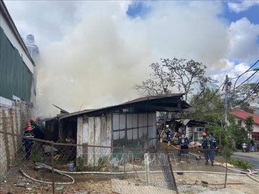 Cháy lớn tại xưởng cưa và 3 phòng trọ ở Đà Lạt
