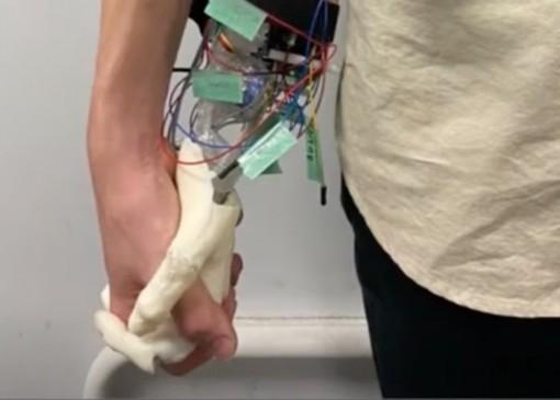 Nhật Bản chế tạo robot mô phỏng cảm giác nắm tay bạn gái