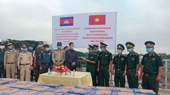 Bộ đội Biên phòng An Giang tặng nhu yếu phẩm, vật tư y tế phòng, chống dịch COVID-19 cho tỉnh Kandal và Takeo