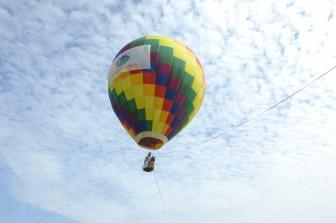 Hà Nội: Đi dù lượn khinh khí cầu ngắm hoa dã quỳ ở Vườn quốc gia Ba Vì