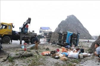 Lật xe khách giường nằm làm 2 người chết, 10 người bị thương
