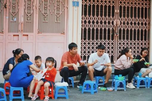 Quán bánh rán vỉa hè Hà Nội, ngày cả trăm lượt khách xếp hàng thưởng thức