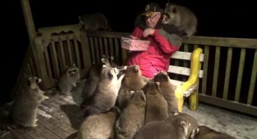 Người đàn ông cho gấu hoang ăn suốt 21 năm