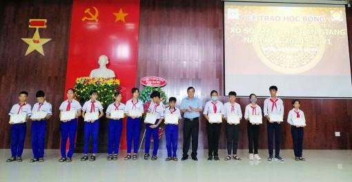 Trao học bổng Xổ số kiến thiết An Giang cho học sinh huyện Tịnh Biên
