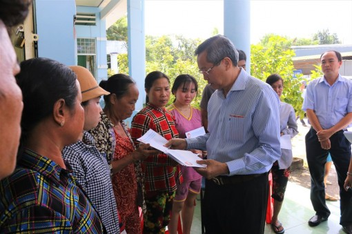 Lãnh đạo tỉnh, TP. Châu Đốc thăm, hỗ trợ các hộ bị cháy nhà tại xã Vĩnh Châu
